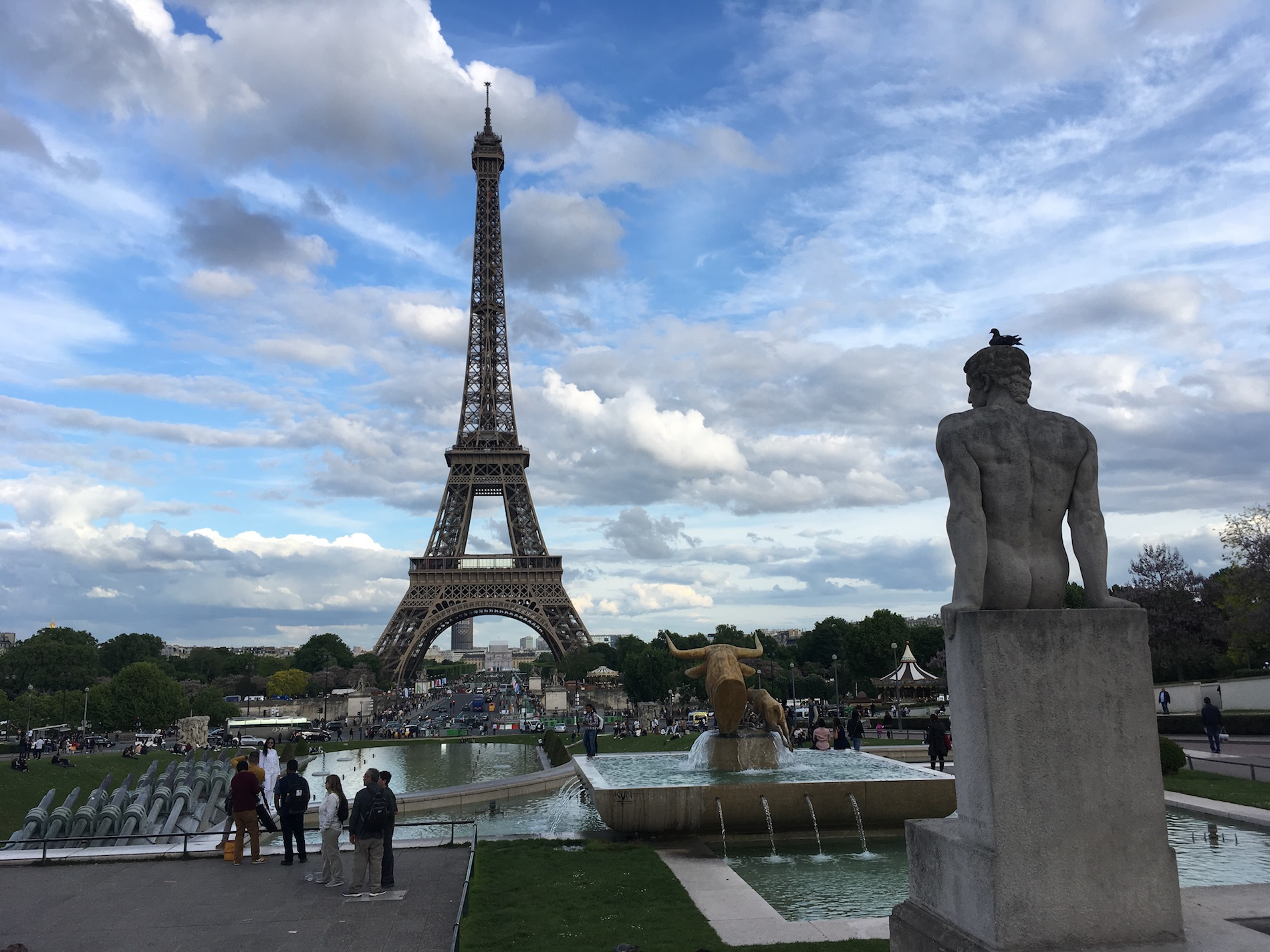 The Eiffel tower and a statue of a naked fellow, photo by Hoverbear